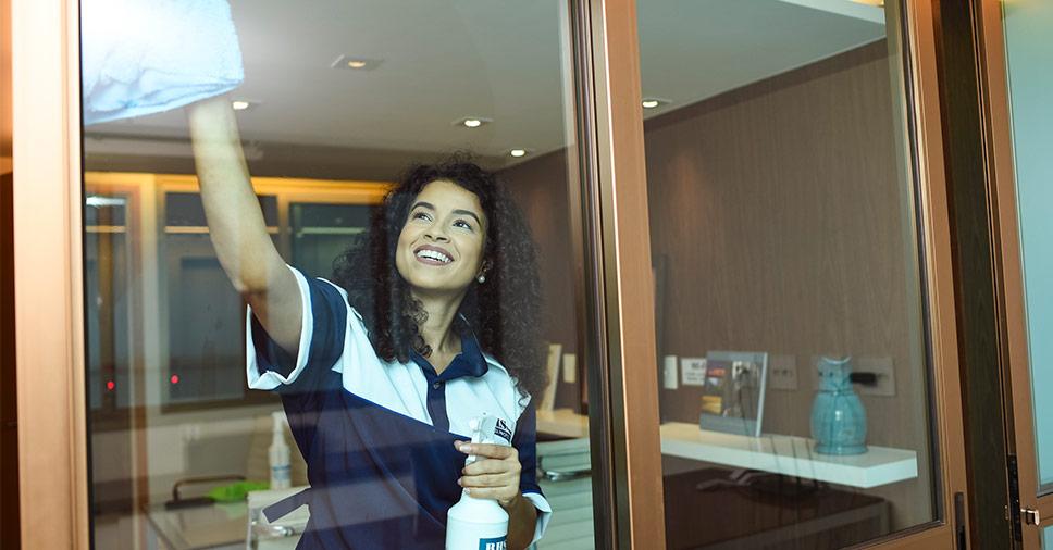 Entenda como fazer a limpeza de vidros de salas comerciais