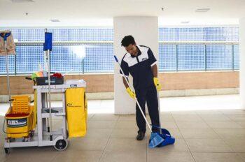 profissional especializando realizando o serviço de limpeza pós-obra