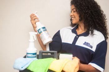 Vemos um profissional da higienização se preparando para mostrar como limpar piso laminado!